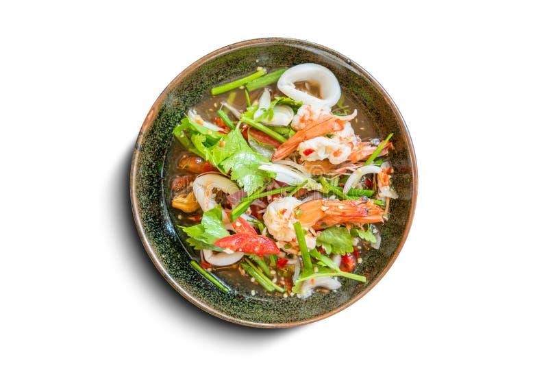 健康生菜盘 新海鲜食谱、虾和新鲜蔬菜沙拉和辣椒来源在传统盘孤立 免版税图库摄影