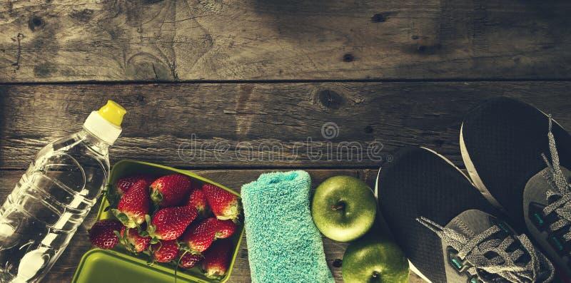 健康生活体育概念 运动鞋用苹果、毛巾和Bott 免版税库存照片