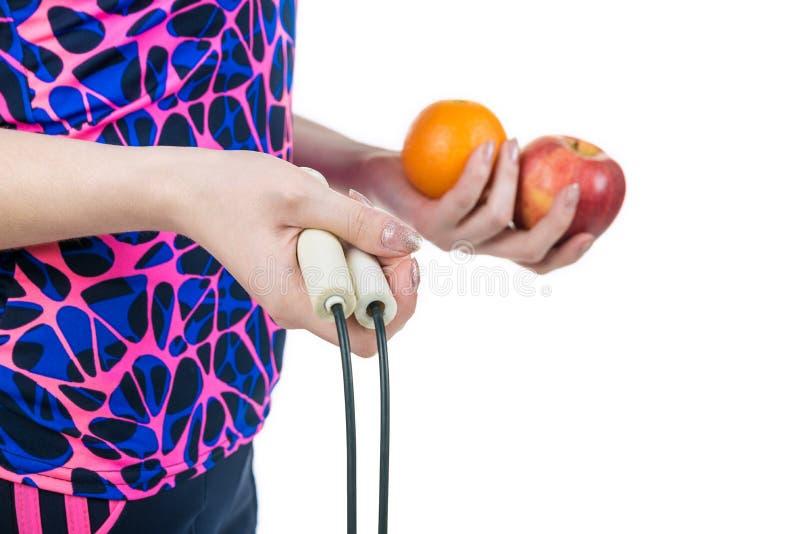 健康生活方式和适当的营养 绳索、苹果和桔子在一个女孩的手上,隔绝在白色背景 Horiz 库存照片
