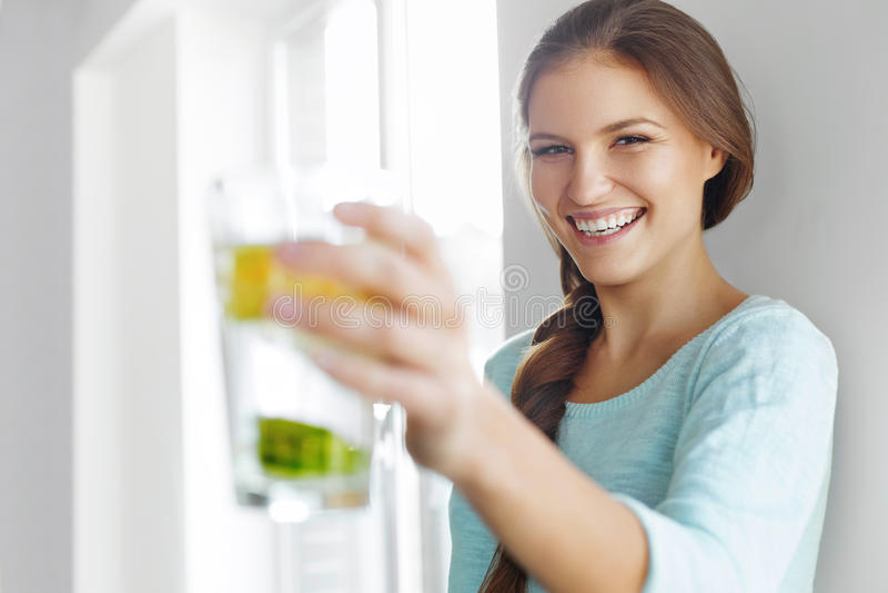 健康生活方式概念、饮食和健身 喝Wate的妇女 免版税图库摄影