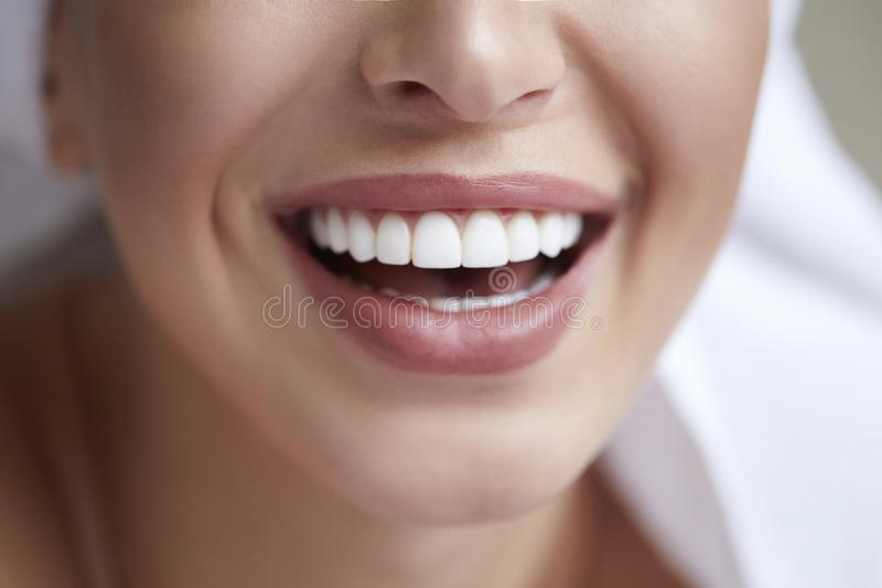 健康白色微笑关闭 有完善的微笑、嘴唇和牙的秀丽妇女 美丽的女孩理想的皮肤 漂白的牙 图库摄影