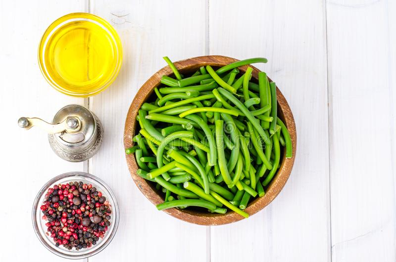 健康的天然时令食品 在白色背景下,用新鲜大蒜插入木碗中的许多枝条 免版税图库摄影