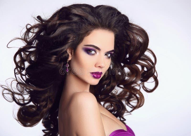 健康的头发 美丽的深色的女孩纵向 明亮的构成 M 库存照片