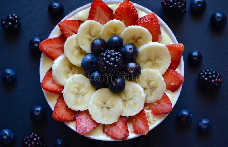 健康的早餐 新鲜水果圆滑的人碗用草莓, 免版税库存照片