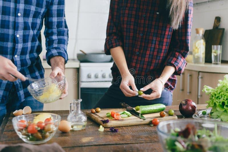 健康的食物 准备夏天沙拉家厨房的夫妇 库存照片