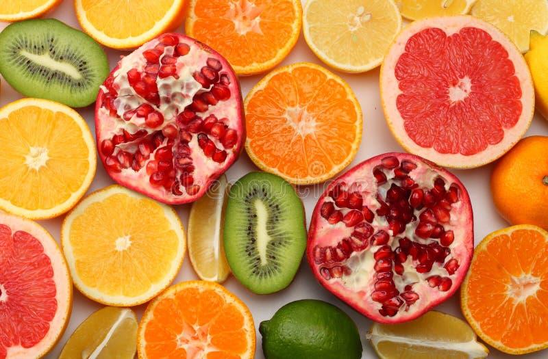 健康的食物 混合切的柠檬、绿色石灰、桔子、普通话、在白色背景和葡萄柚隔绝的猕猴桃 顶视图 免版税库存图片
