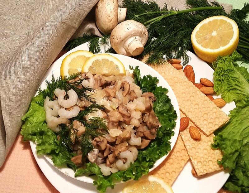 健康的食物 虾、蘑菇、杏仁和莴苣 光snac 免版税库存图片