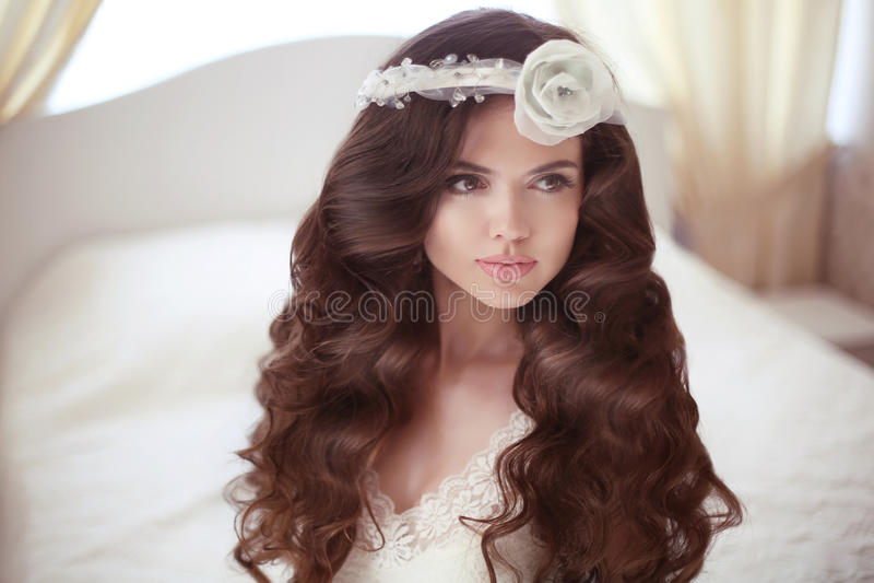健康的头发 美丽的新娘女孩时尚画象 婚礼海氏 免版税库存照片
