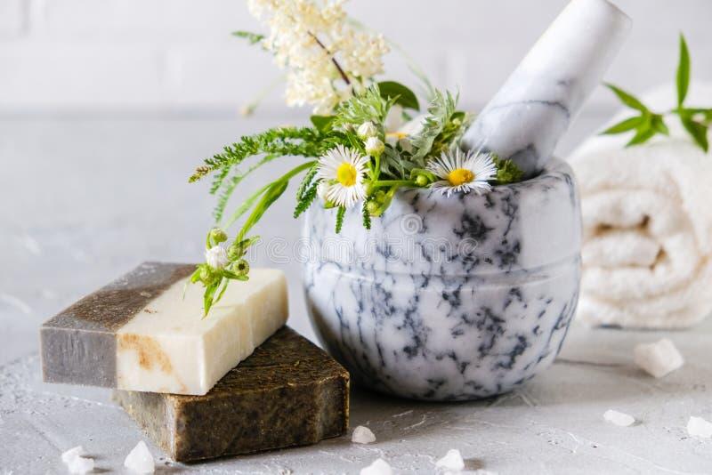 健康皮肤护理 E 自然手工制造肥皂用干草本和花,海盐 自然草本产品 免版税库存图片