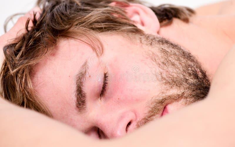 健康睡眠习性 E 休息的时刻 睡觉并且放松概念 人帅哥睡眠 库存图片
