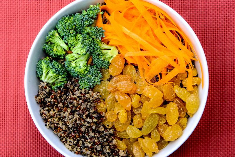 健康碗与未加工的蔬菜的奎奴亚藜 库存图片