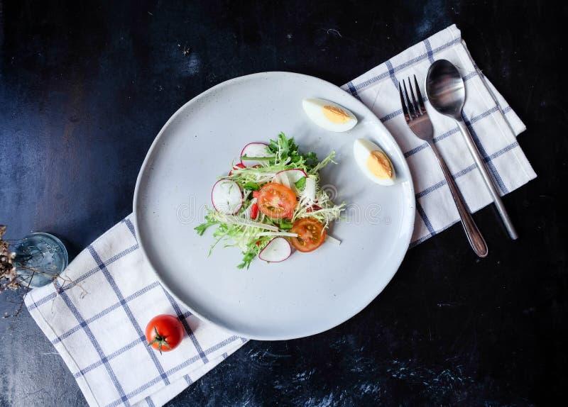 健康素食主义者午餐碗 鲕梨、奎奴亚藜、蕃茄、黄瓜、红叶卷心菜、绿豆和萝卜菜沙拉 顶视图 免版税库存图片