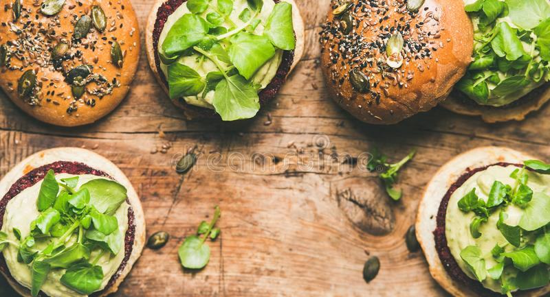 健康素食主义者汉堡平位置用甜菜根小馅饼和新芽 库存图片