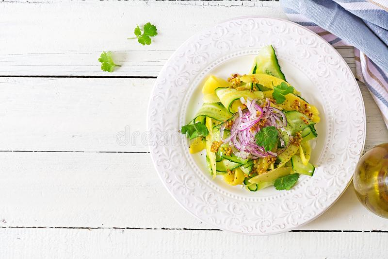 健康素食主义者沙拉芒果、黄瓜、香菜和红洋葱在糖醋调味汁 泰国的食物 健康膳食 顶视图 平的位置 库存图片