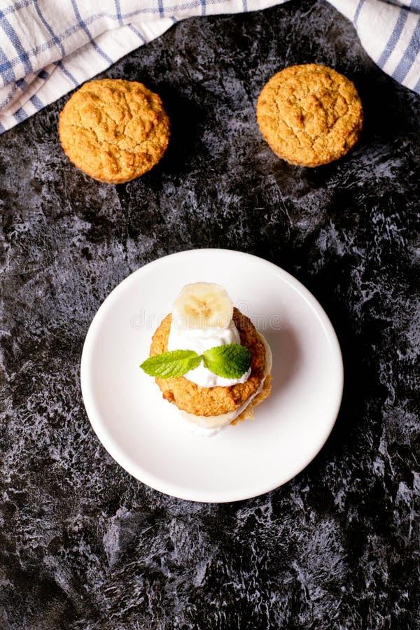 健康素食主义者燕麦松饼、苹果和香蕉蛋糕 库存图片