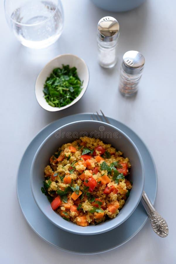 健康素食主义者碗用奎奴亚藜、南瓜、胡椒和红萝卜在灰色木背景 选择聚焦 免版税图库摄影