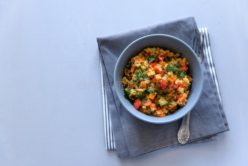 健康素食主义者碗用奎奴亚藜、南瓜、胡椒和红萝卜在灰色木背景 选择聚焦 库存图片