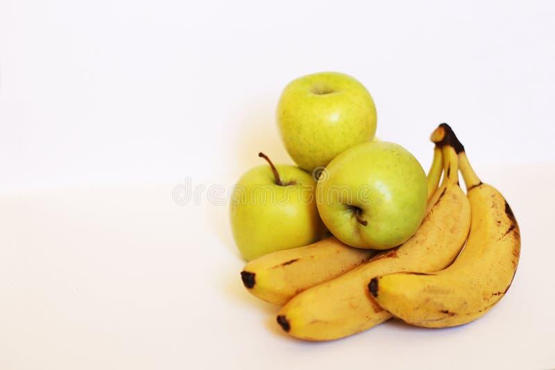 健康绿色戒毒所 新鲜的苹果计算机和香蕉 免版税库存照片
