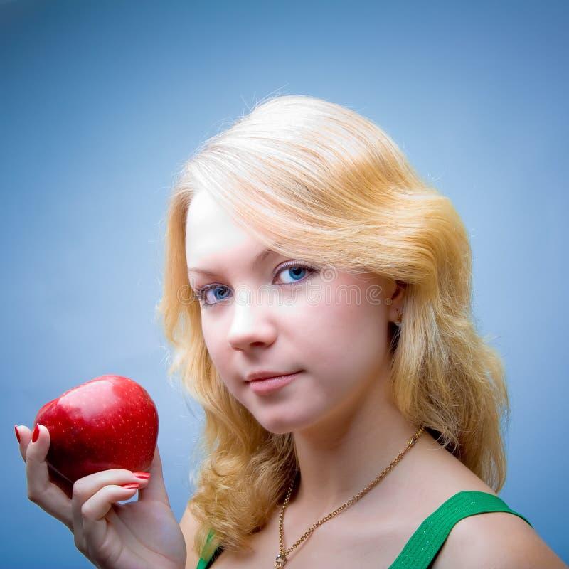 健康美丽的白肤金发的饮食的女孩 免版税图库摄影
