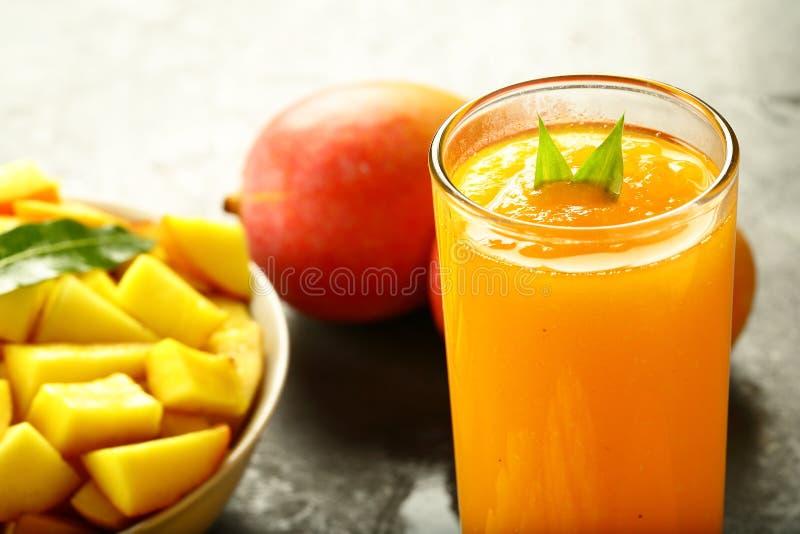 健康膳食新鲜的芒果水果沙拉和汁 免版税库存图片