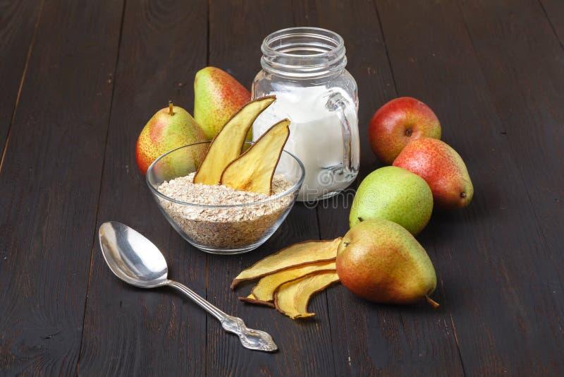 健康自创有机muesli或格兰诺拉麦片用燕麦,干无花果 库存图片