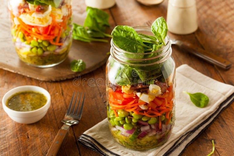 健康自创金属螺盖玻璃瓶沙拉 库存照片