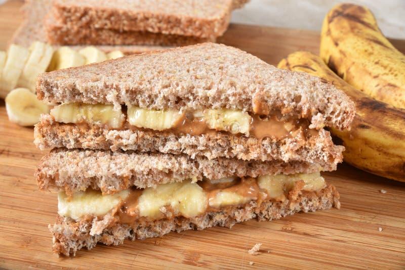健康花生酱和香蕉三明治 免版税库存图片