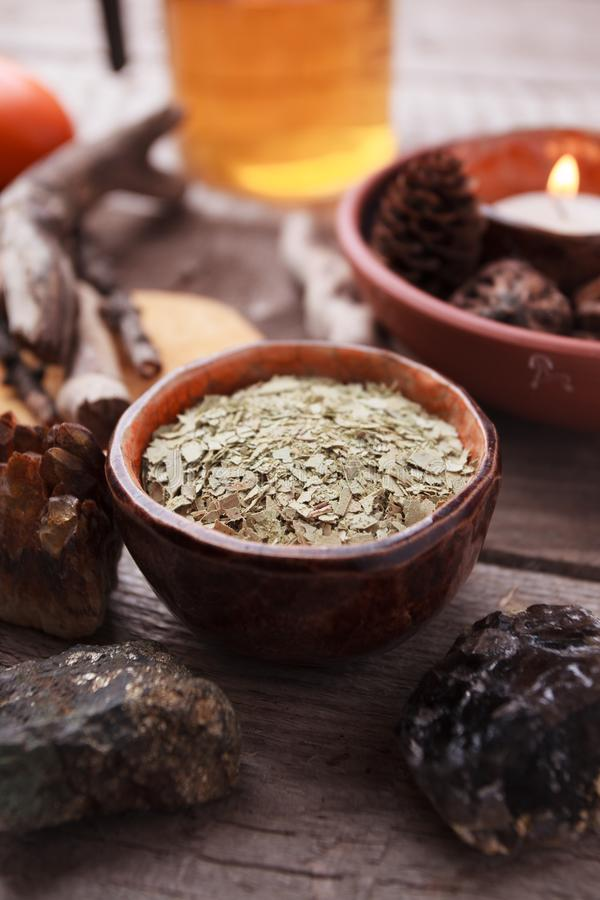 健康茶、干草本、植物、蜡烛和石头在木桌上 同种疗法和草本替代医学 库存照片