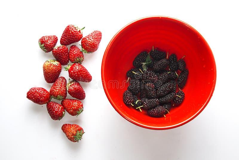 健康草莓用在碗的黑莓 免版税库存图片