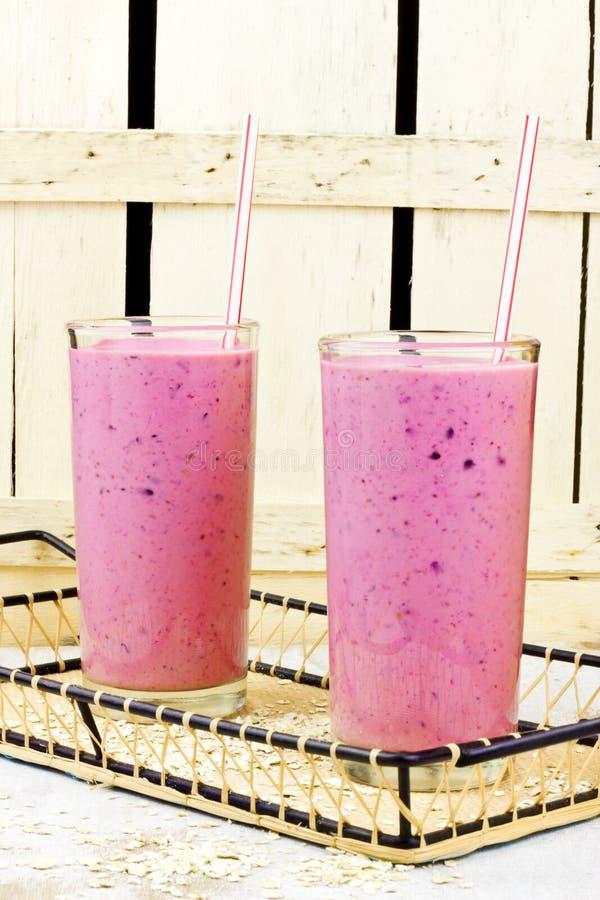 健康莓果汁圆滑的人用燕麦 库存照片