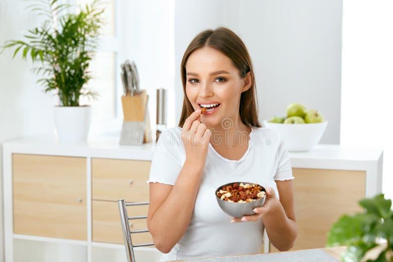 健康营养 吃坚果的美丽的少妇 库存照片