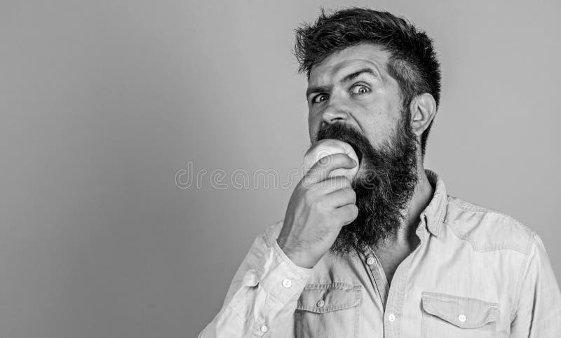 健康营养 素食生活方式 人用胡子行家举行苹果果子手 营养事实和健康 免版税库存照片