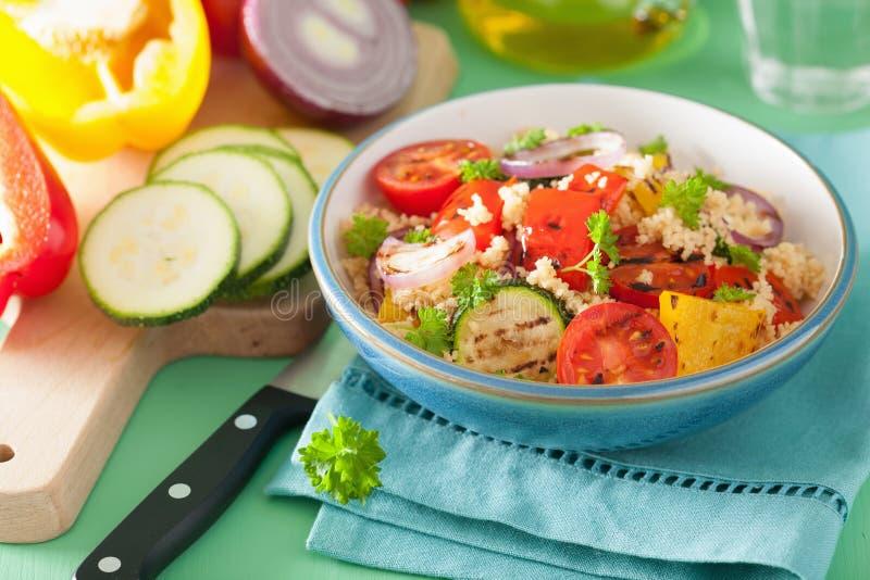 健康蒸丸子沙拉用烤蕃茄胡椒夏南瓜葱 免版税库存图片