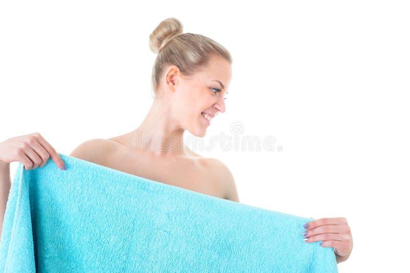 健康蓝色的毛巾和秀丽的美丽的少妇,被隔绝 免版税库存图片