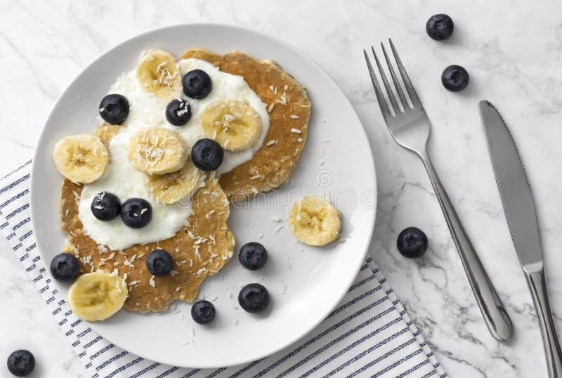 健康薄煎饼用新鲜的莓果、果子和酸奶 夏天早餐概念 库存照片