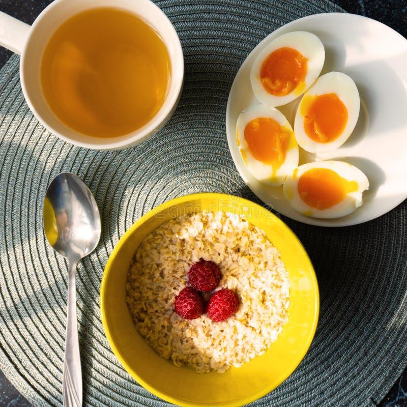 健康谷物燕麦用在早餐顶视图的熟蛋 免版税库存照片