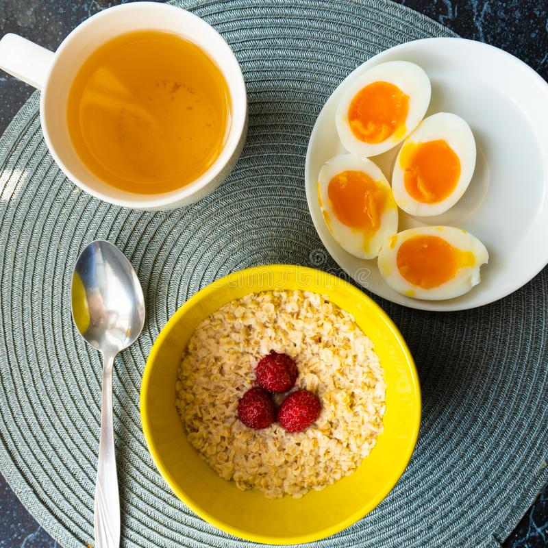 健康谷物燕麦顶视图用在早餐的熟蛋 库存照片