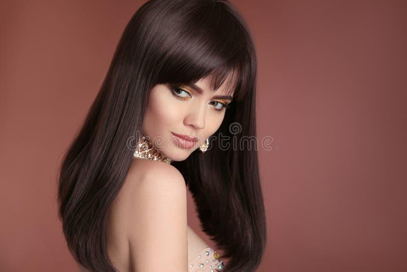 健康长的发型 有布朗头发的美丽的深色的妇女 库存照片