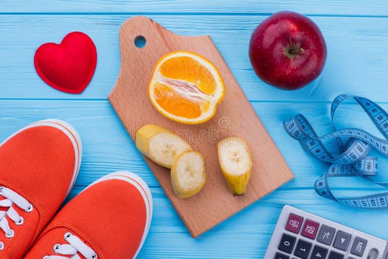 健康食品、运动鞋和测量的磁带 库存照片