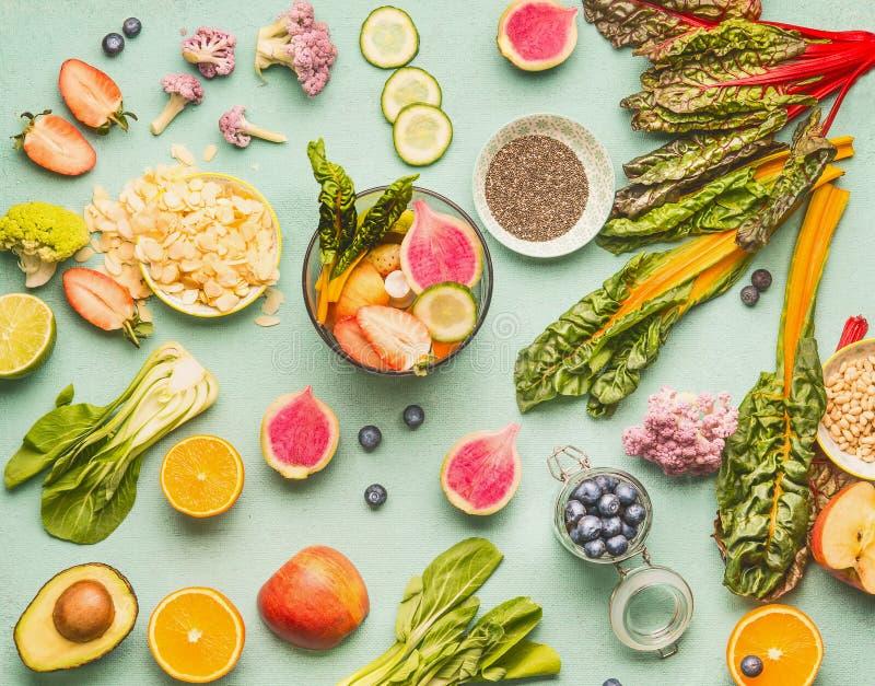 健康食品成分平的位置用各种各样的水果、蔬菜、种子和坚果在轻的薄荷的背景 戒毒所饮料的搅拌器 库存图片