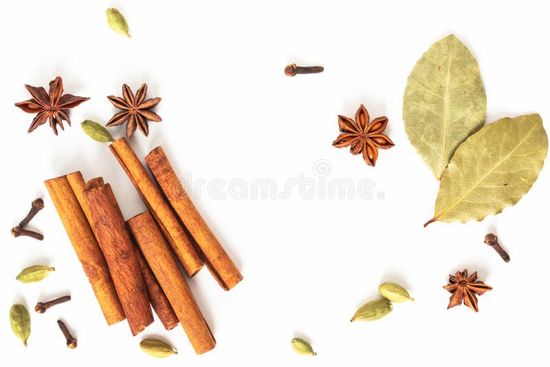 健康食品有机香料的概念混合在白色背景的八角、桂香、海湾和豆蔻果实荚 免版税图库摄影