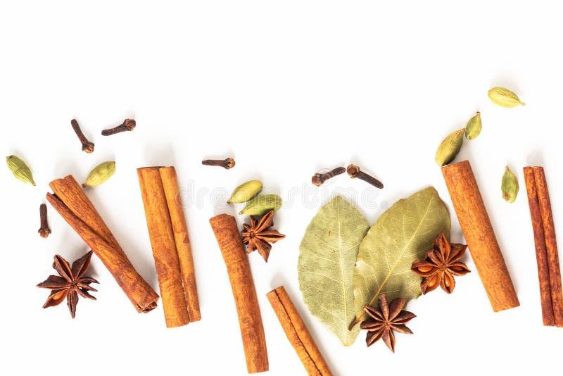 健康食品有机香料的概念混合在白色背景的八角、桂香、海湾和豆蔻果实荚 免版税库存图片