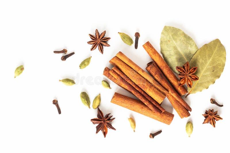 健康食品有机香料的概念混合在白色背景的八角、桂香、海湾和豆蔻果实荚 库存照片