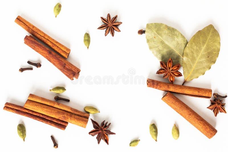 健康食品有机香料的概念混合在白色背景的八角、桂香、海湾和豆蔻果实荚 免版税库存照片