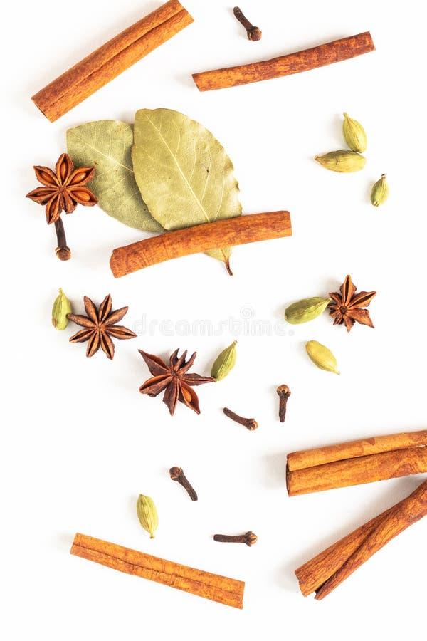 健康食品有机香料的概念混合在白色背景的八角、桂香、海湾和豆蔻果实荚 库存图片