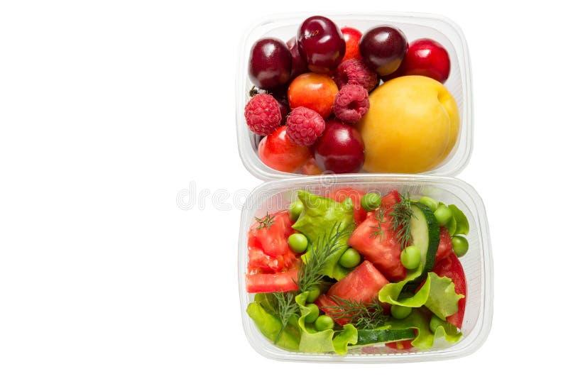 健康食品,烹调在白色背景和水果隔绝的容器、蔬菜 免版税图库摄影