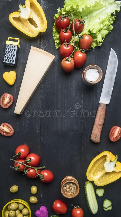 健康食物、莴苣叶子、橄榄、西红柿、黄瓜、帕尔马干酪、磨丝器、调味品和橄榄油在蒸馏瓶, 免版税库存照片