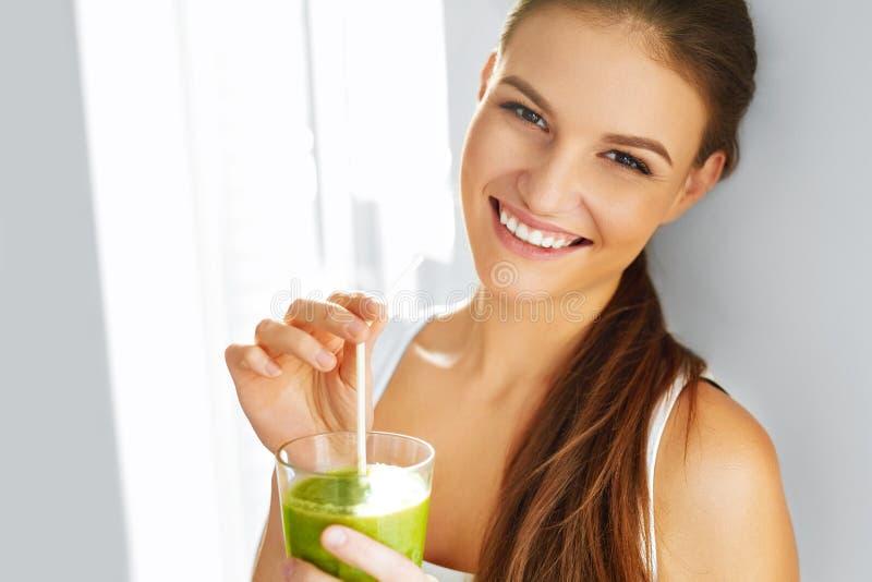 健康食物吃 饮用的圆滑的人妇女 饮食 生活方式 n 免版税库存图片