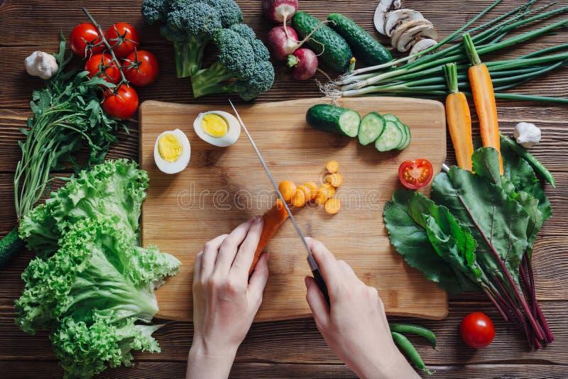 健康食物和成份在土气木背景 库存图片