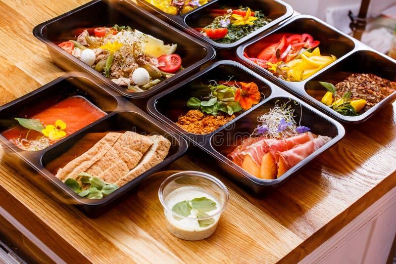 健康食物和饮食概念,餐馆盘交付 拿走健身膳食 免版税库存图片